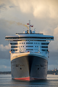 QM2 starts her swing off the Ocean Dock, Southampton and will go astern to berth 101 after arriving in the port from New York on 10th August 2018.