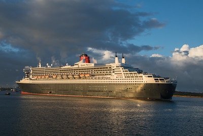 QM2  has completed her turn and begun to go astern to berth 101.