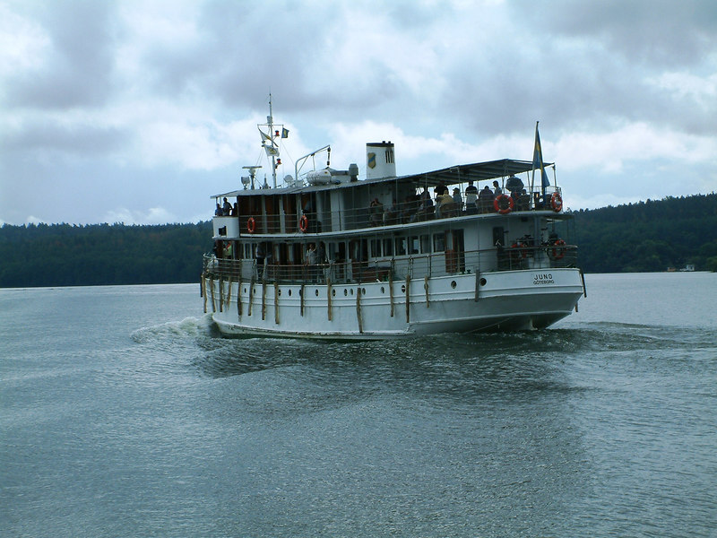 MV Juno passing SS Mariefred on Lake Malaren, 29 07 2006