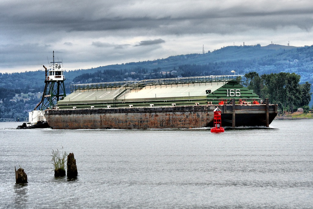 BETTY LOU and Barge 166   | Columbia River, Columbia City, Oregon  | Canon EF 70-300mm f/4-5.6 IS USM