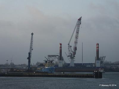 BLUE ANTARES & Platform FRIEDRICH ERNESTINE Cuxhaven PDM 16-12-2014 08-34-40
