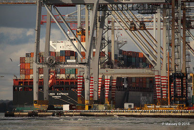 BREMEN EXPRESS through Cranes Southampton PDM 11-02-2016 13-15-27