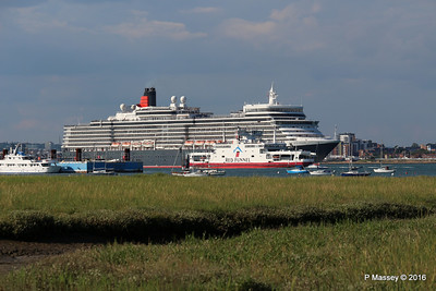 QUEEN ELIZABETH Outbound Passing RED EAGLE Southampton PDM 22-07-2016 18-29-043