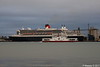RED OSPREY Passing QUEEN MARY 2 Southampton PDM 13-10-2017 17-12-29