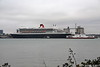 RED OSPREY Passing QUEEN MARY 2 Southampton PDM 13-10-2017 16-17-56