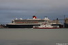 RED OSPREY Passing QUEEN MARY 2 Southampton PDM 13-10-2017 17-12-31