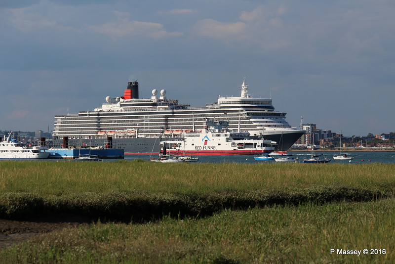 QUEEN ELIZABETH Outbound Passing RED EAGLE Southampton PDM 22-07-2016 18-29-43