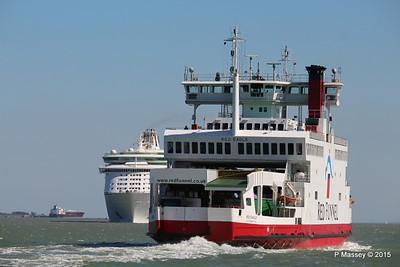 RED EAGLE Passing EXPLORER OF THE SEAS Southampton PDM 22-04-2015 15-10-36