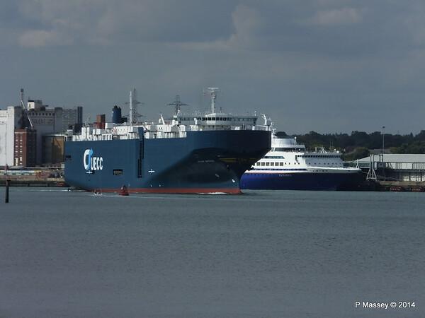 ASIAN BREEZE Passing EXPLORER Southampton PDM 24-08-2014 16-11-13