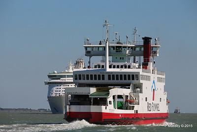 RED EAGLE Passing EXPLORER OF THE SEAS Southampton PDM 22-04-2015 15-10-54