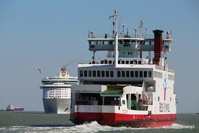 RED EAGLE Passing EXPLORER OF THE SEAS Southampton PDM 22-04-2015 15-10-31