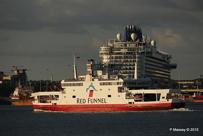 RED EAGLE PAssing BRITANNIA Southampton PDM 12-09-2015 18-20-35