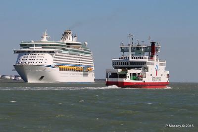 RED EAGLE Passing EXPLORER OF THE SEAS Southampton PDM 22-04-2015 15-11-42