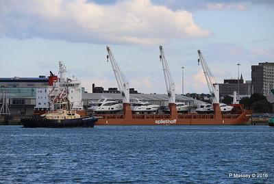 SVITZER BARGATE Passing MINERVAGRACHT Southampton PDM 11-10-2016 14-36-49