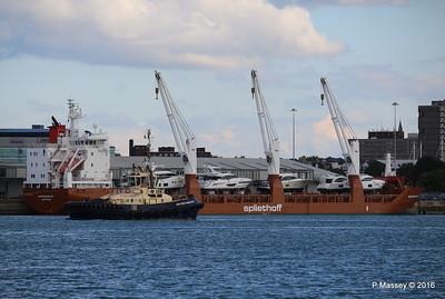 SVITZER BARGATE Passing MINERVAGRACHT Southampton PDM 11-10-2016 14-36-45