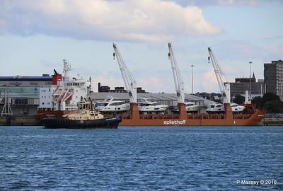 SVITZER BARGATE Passing MINERVAGRACHT Southampton PDM 11-10-2016 14-36-47