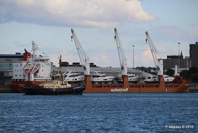 SVITZER BARGATE Passing MINERVAGRACHT Southampton PDM 11-10-2016 14-36-46