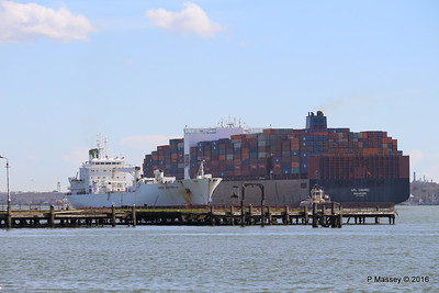 APL CHANGI Passing GREEN GUATEMALA over Royal Pier Southampton PDM 12-04-2016 15-38-05