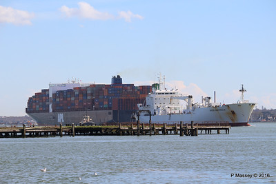 APL CHANGI Passing GREEN GUATEMALA over Royal Pier Southampton PDM 12-04-2016 15-39-02