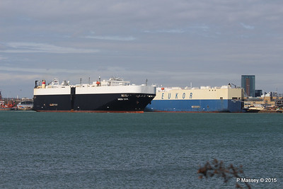GREEN COVE Passing MORNING CARINA Southampton PDM 12-04-2015 15-17-06