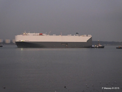 HOEGH OSAKA tow to Berth 101 passing Hythe PDM 22-01-2015 17-08-028