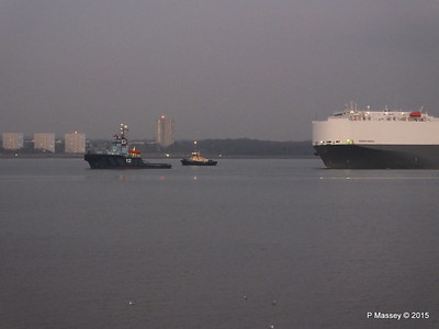 HOEGH OSAKA tow to Berth 101 passing Hythe PDM 22-01-2015 17-07-26