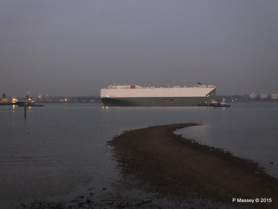 HOEGH OSAKA tow to Berth 101 passing Hythe PDM 22-01-2015 17-10-21