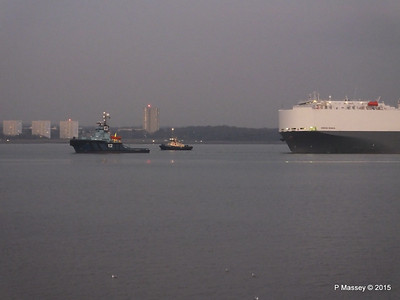 HOEGH OSAKA tow to Berth 101 passing Hythe PDM 22-01-2015 17-07-28