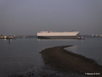 HOEGH OSAKA tow to Berth 101 passing Hythe PDM 22-01-2015 17-10-021