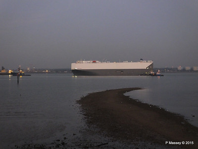 HOEGH OSAKA tow to Berth 101 passing Hythe PDM 22-01-2015 17-10-022
