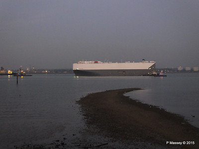 HOEGH OSAKA tow to Berth 101 passing Hythe PDM 22-01-2015 17-10-19