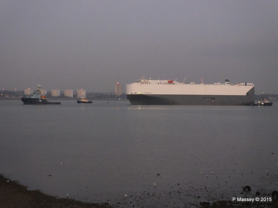 HOEGH OSAKA tow to Berth 101 passing Hythe PDM 22-01-2015 17-07-058