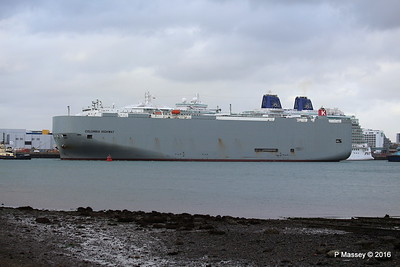 COLUMBIA HIGHWAY Passing BRITANNIA Southampton PDM 20-08-2016 19-01-30