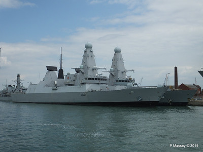D35 HMS DRAGON D37 HMS DUNCAN Destroyers Portsmouth PDM 31-05-2014 14-47-31