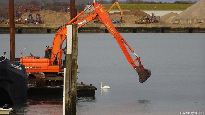 Swan SOLENT HOPPER Spudlegbarge Crane Barge Marchwood Yacht Club PDM 16-12-2017 15-11-55