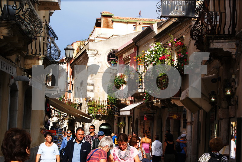 Taormina shoppers