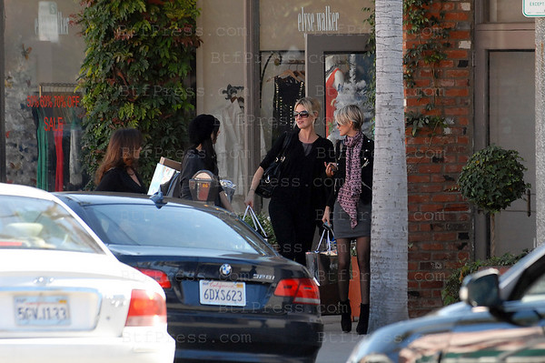Exclusif- Laeticia Hallyday makes shopping therapy with friend.