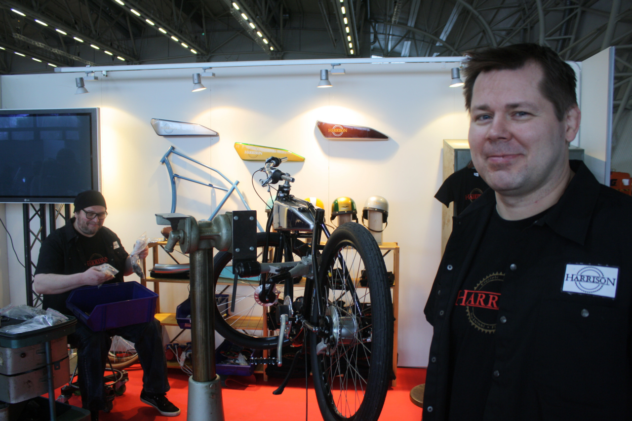 Harri Honkanen ja Harrison Electric Bikes, taustalla JV (stu_0290)