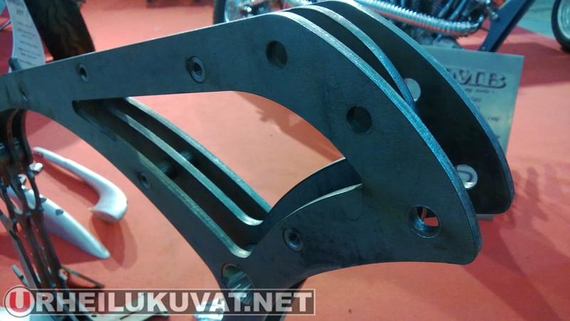 Esteves Motorcycle Design - Runko joka on laserleikattu suorasta patarautalevystä