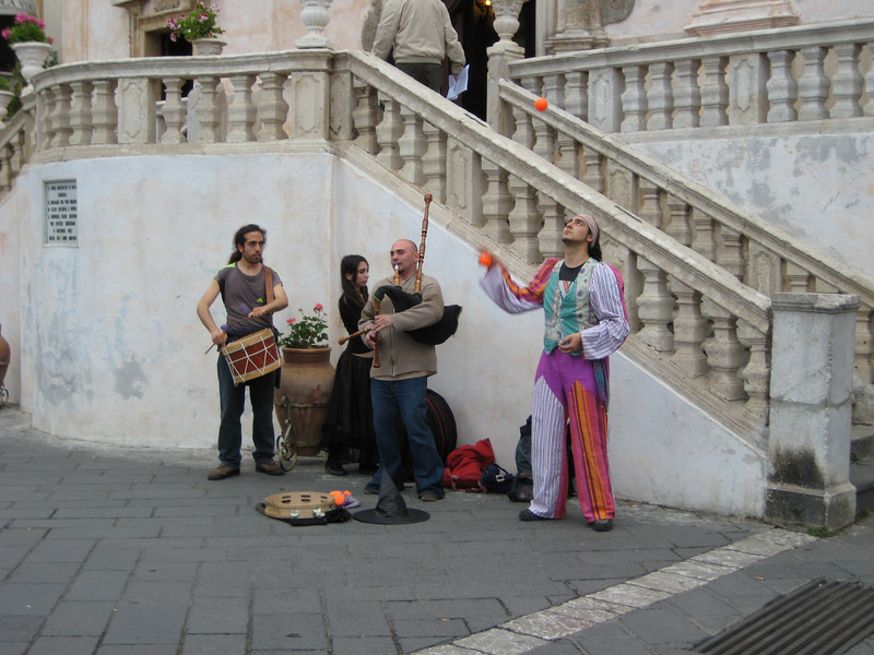 Buskers in front of Chiesa San Giuseppe