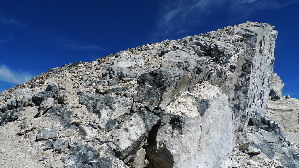 I headed towards a cairn and popped out at the ridge with a steep dropoff on the other side. Hello!