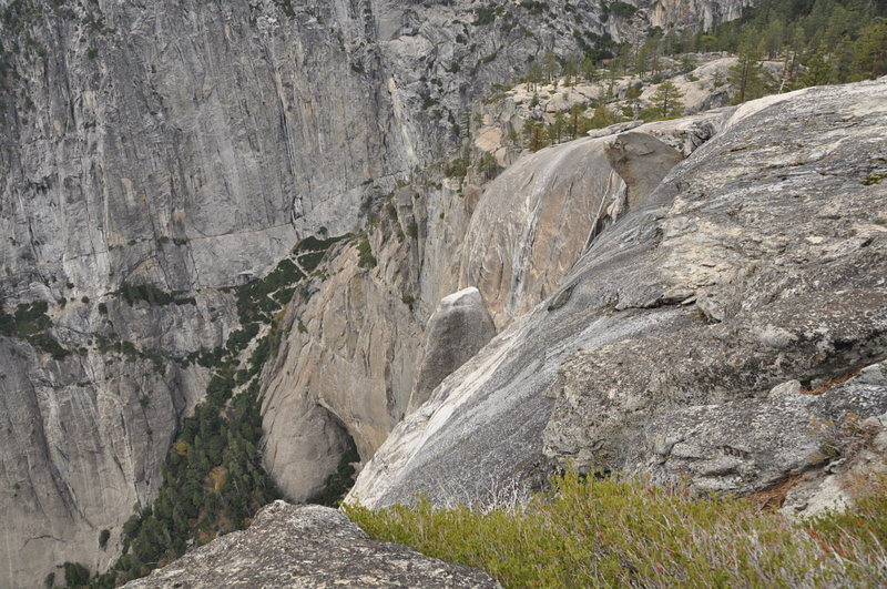 Next we headed up another few hundred feet to Yosemite Point. We can see the switchbacking trail from here (in the green on the left), and the tip of Lost Arrow Spire below us (dead center of photo)