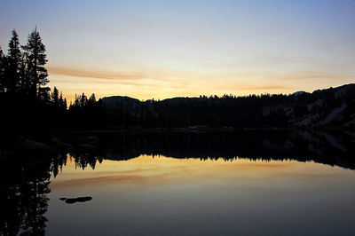 sierra-mountain-lake-dusk