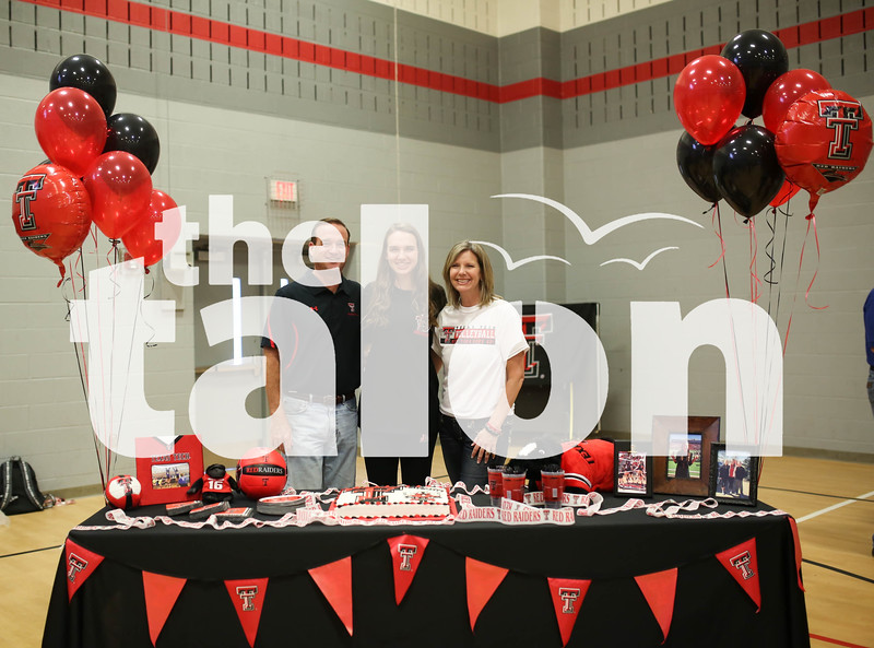 Argyle students signing at Argyle High School on 11/9/16 in Argyle, Texas. (Faith Stapleton/ The Talon News)