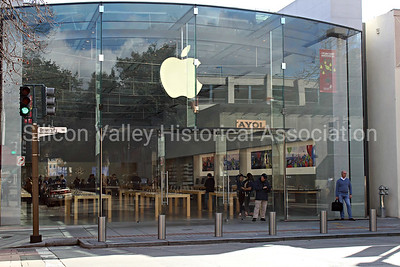 The Apple Store at 340 University Avenue in Palo Alto