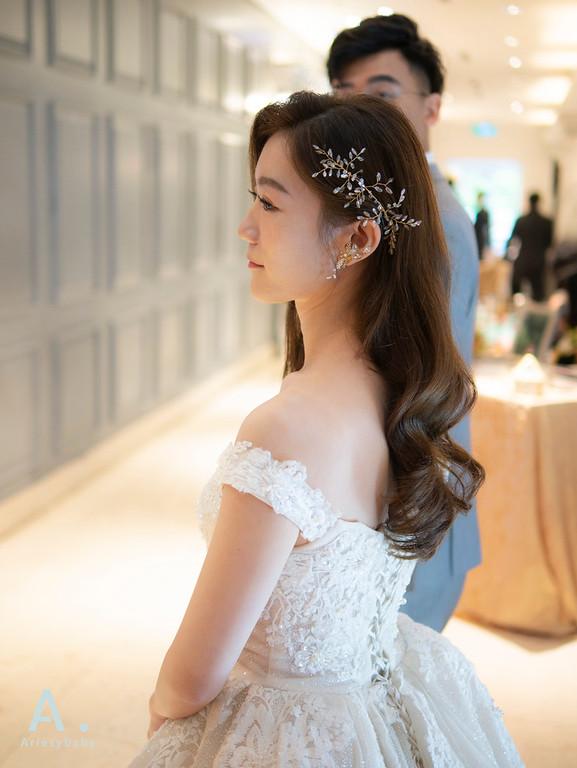 新祕,Ariesybaby造型團隊,台北新秘,新秘推薦,清透自然妝感,進場白紗造型,浪漫大捲