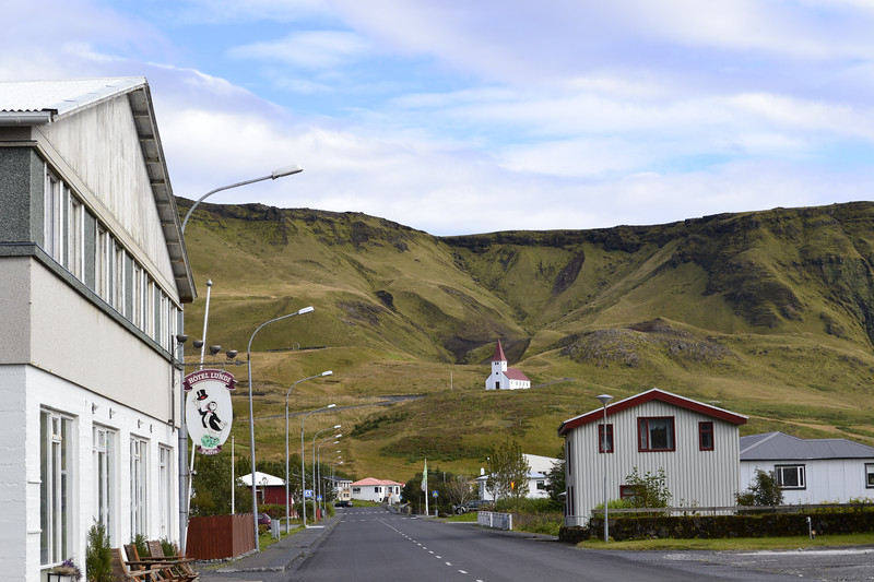 The town of Vik is in danger of being washed away by a jökulhlaup caused by the eruption of Katla. This town with 300 residents hosts up to 3,000 tourists per day.