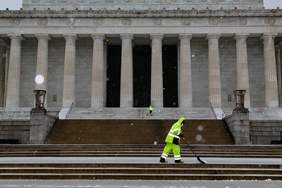 Workers clear snow at Lincoln Memorial  clears snow at Lincoln Memorial