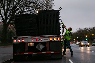 Workers remove fence at White House