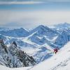 Skiër daalt af door verse sneeuw